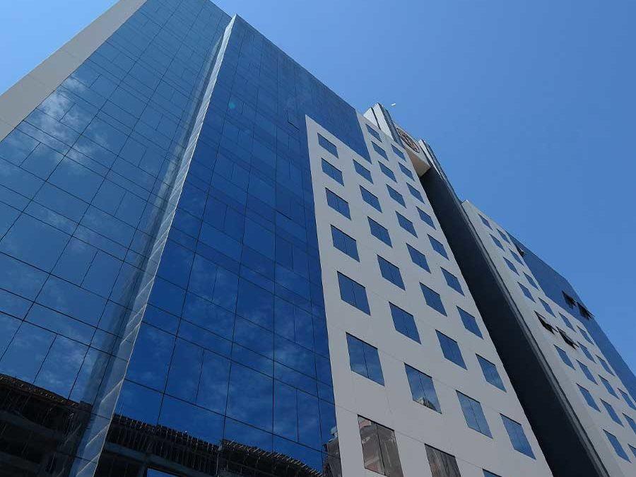 Conheça as vantagens da fachada pele de vidro
